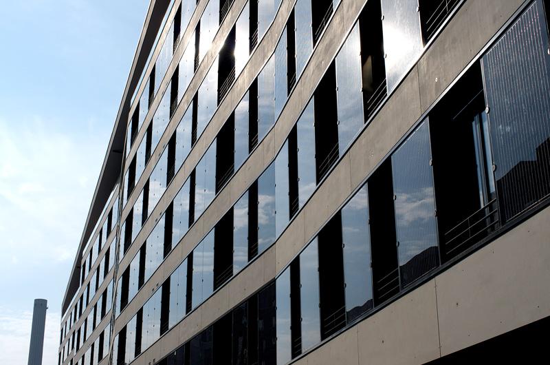 Photovoltaik-Anlagen entlang der Fassade versorgen die Wohnungen mit Energie.